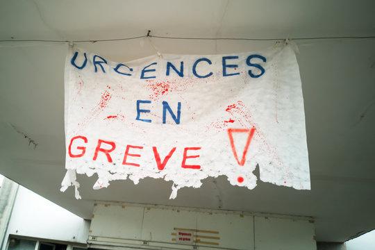 Urgences en grève écrit sur une bannière à l'entrée d'un hôpital français