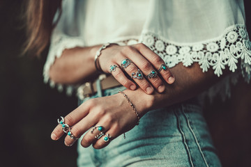 Foto auf AluDibond Boho-Stil Fashionable boho chic woman in a white short blouse with silver turquoise jewelry. Boho fashion. Stylish girl wearing silver rings with turquoise stone in hippie style.