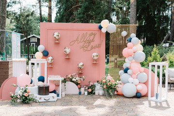 Beautiful and stylish location for wedding photos decorated with balloons, flowers and original globes