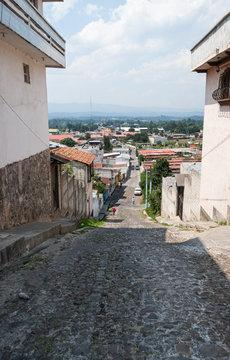 Calle adoquinada de un pueblo de Guatemala