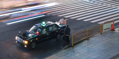 Taxi driver and passenger at intersection in Tokyo  タクシーの運転手と乗客 東京の交差点