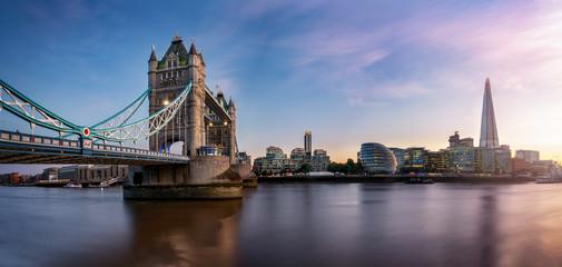 Photo sur Plexiglas Londres Die Tower Brücke in London mit der Skyline entlang der Themse bei Sonnenuntergang, Großbritannien