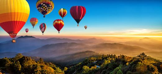 Photo sur Plexiglas Montgolfière / Dirigeable Hot air balloons flying over sea of mist awakening in a beautiful hills at sunrise in Chiang Mai, Thailand.