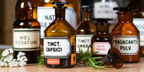 Naturheilkunde - Apothekerflaschen - Naturmedizin