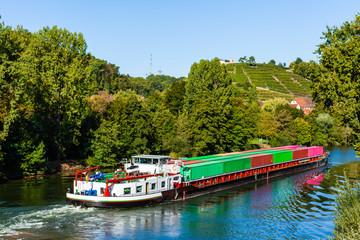 Frachtschiff auf Neckar bei Ludwigsburg
