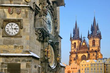 altstadt prag in tschechien mit teynkirche im winter