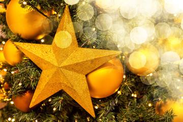 Weihnachtsbaum festlich geschmückt funkelnd mit Stern