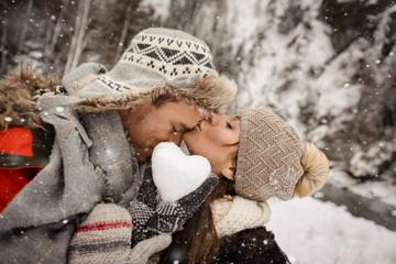 Fototapete - Herz aus Schnee Liebespaar