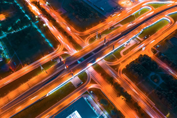 Photo sur Plexiglas Autoroute nuit Large bridge with road junction illuminated by lanterns at night, markings on asphalt are visible, night aerial top view.