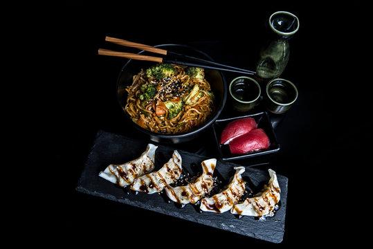 yakisoba de verdura niguiris de atun y gyozas de pescado
