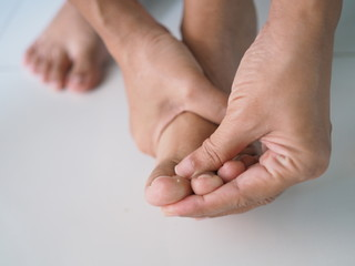 foot pain use hand massage to relieve pain and relax the foot muscles
