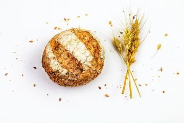 Pane integrale con semi e spighe di grano isolato su uno sfondo bianco