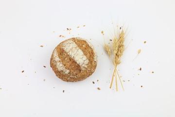 Fotobehang koffiebar Pane integrale con semi e spighe di grano isolato su uno sfondo bianco