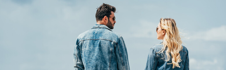 Fotomurales - panoramic shot of woman and man in denim jackets looking at each other