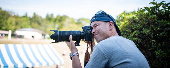 運動会で写真を撮影する男性