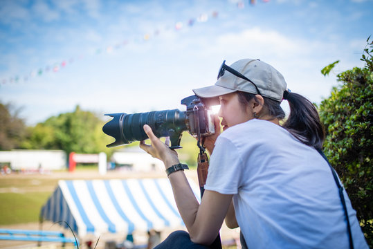 運動会で写真を撮影する女性