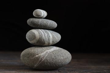 Photo sur Plexiglas Zen pierres a sable Pyramid of spa stones on black