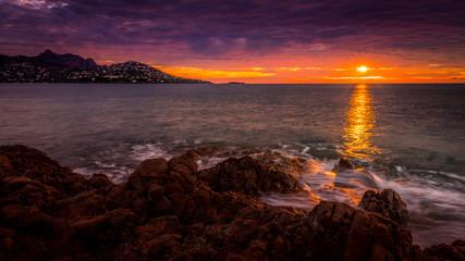 Papiers peints Grenat Lever de soleil sur la baie d'Agay - Sunrise over the Bay of Agay