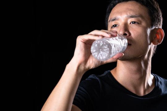 水分補給をするスポーツマン
