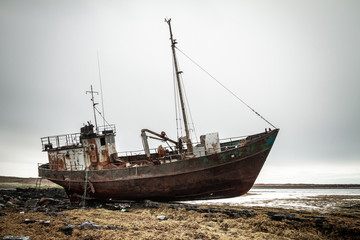 Tuinposter Schip Abandoned ship on the coast of the Arctic Ocean.
