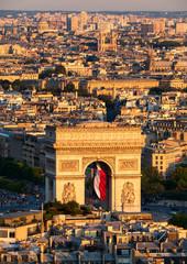 Arc de Triomphe et son drapeau Français