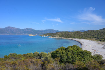 Korsika Landschaft mit Meer und Bergen