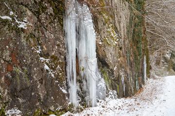 Eiszapfen, Eisgebilde, Eissäule, an einem Felsen bei Bernkastel-Kues an der Mosel