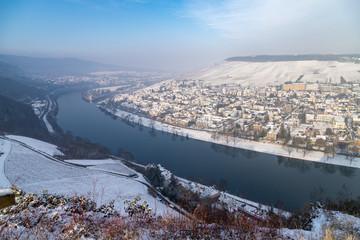 Blick auf das Moseltal und Bernkastel-Kues im Winter mit Schnee