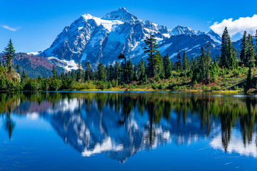 Spoed Foto op Canvas Bergen Picture Lake Reflection of Mount Shuksan