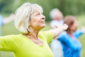Aktive Senioren in einem Yoga Kurs