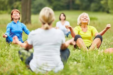 Frauen beim Meditieren in einem Yoga Kurs