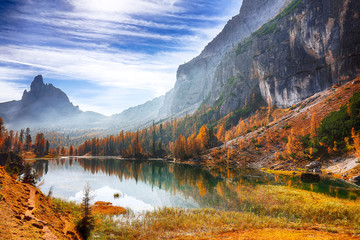 Fototapeten Aubergine lila Fantastic autumn landscape. View on Federa Lake early in the morning at autumn