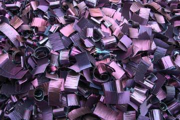 Große Kiste mit farbig angelaufenen gehobelten Metallspänen