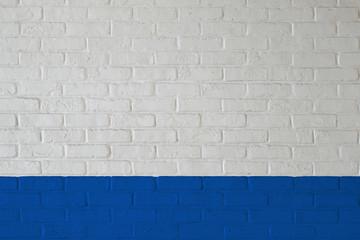 白と青で塗られた煉瓦壁