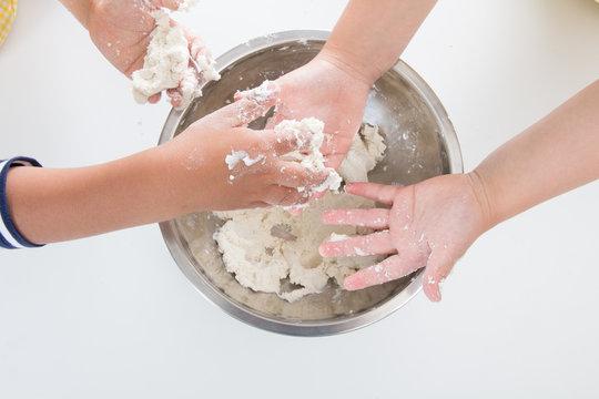 小麦粉をこねる子供の手