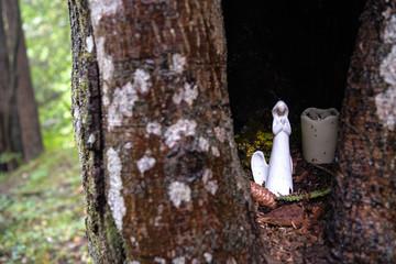 Baumschmuck - Weihnachtliche Baumhöhle mit Maria , Weihnachtskugeln, Kerze und Tannenzapfen - Bayrischer Wald