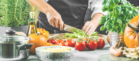 Chef Koch schneidet frischen sellerie in der restaurant küche