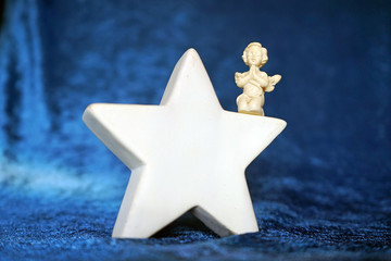 Betender Engel auf einem Stern, Hintergrund blauer Samt, 2019