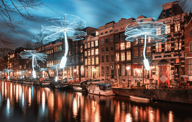 Papiers peints Amsterdam Wind driven propellers in white light above the Herengracht in the old town of Amsterdam