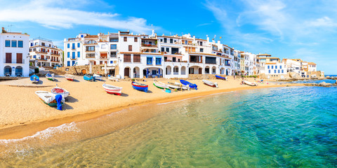 Panoramic view of fishing boats on beach in Port Bo with colorful houses of old town of Calella de Palafrugell, Costa Brava, Catalonia, Spain Fototapete