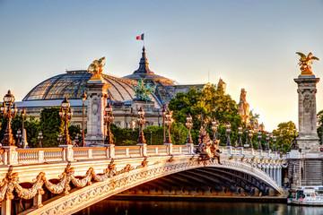 Fotorollo Moskau Bridge and sculptures atop the Pont Alexandre III bridge in Paris