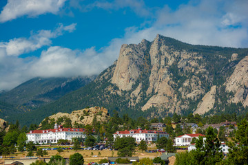 The Stanley Hotel in Estes Park, Colorado on a sunny day. Fotomurales