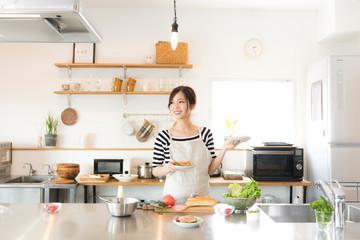Fototapeta キッチンで料理を作る女性 obraz