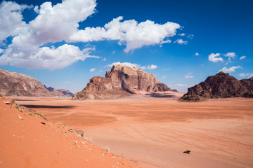 Papiers peints Corail View of the highest mountains at Wadi Rum desert, southern Jordan