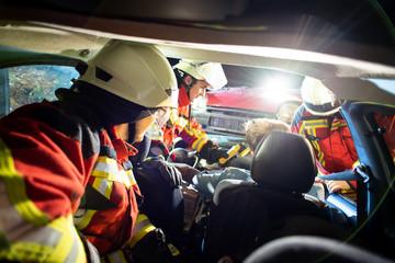 Feuerwehr Angriffstrupp, Erstversorgung eines Unfallopfers, Zugang  zum Verunfallten geschaffen