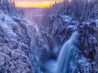 wasserfall im winter bei sonnenaufgang in schweden (haellingsafallet)t