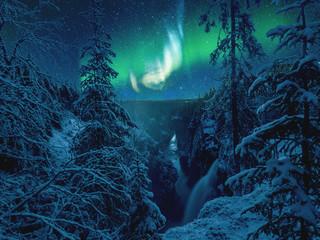 polarlichter über dem wasserfall haellingsafallet in schweden