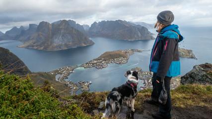 hund und frau blicken auf reinefjorden