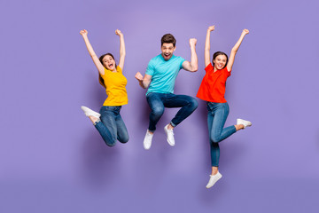 Full length size body photo of three funny funky ecstatic excited delightful buddies having fun on weekend isolated violet background Papier Peint