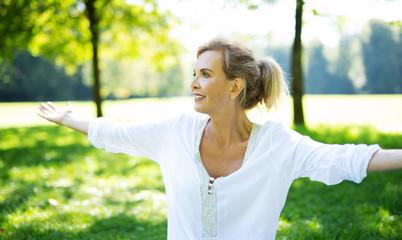 Attraktive ältere Frau macht Übungen im Park